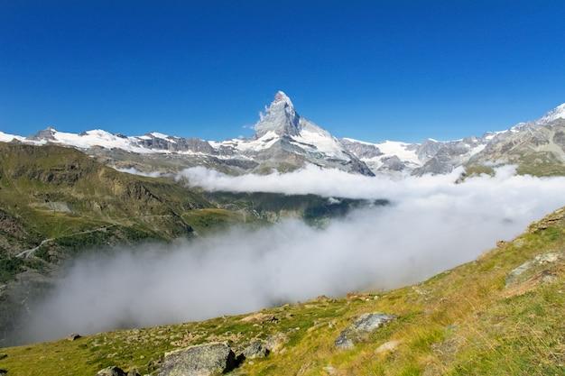 Bela paisagem de alpes suíços com vista para a montanha matterhorn, montanhas de verão, zermatt, suíça Foto Premium