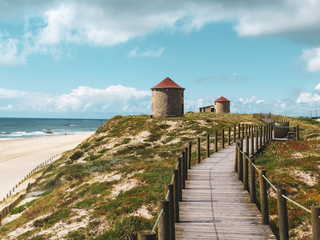 Bela paisagem de antigos moinhos de vento tradicionais em montes de areia em portugal
