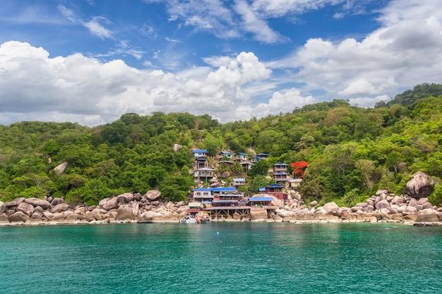 Bela paisagem de casas à beira-mar na tailândia