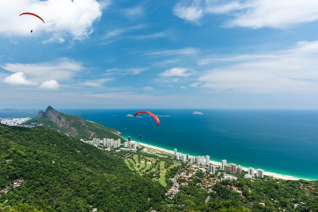 Bela paisagem de cima da rampa de vôo livre com vista para a praia de são conrado