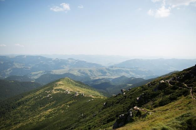 Bela paisagem de colinas verdes e montanhas. conceito de viagens. montanhas carpathian