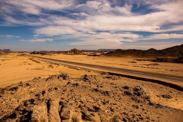 Bela paisagem de dunas de areia no egito. deserto do saara. plano de fundo da onda de areia laranja.