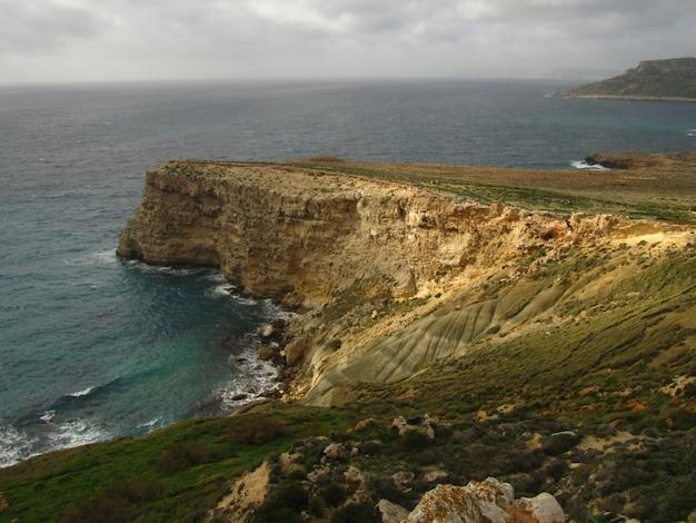 Bela paisagem de falésias e do mar - perfeita para o fundo