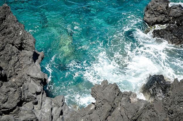 Bela paisagem de falésias rochosas na ilha da madeira, portugal