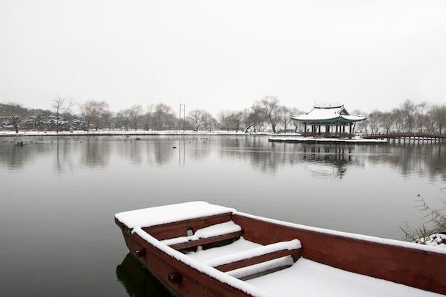 Bela paisagem de inverno com casa tradicional coreana