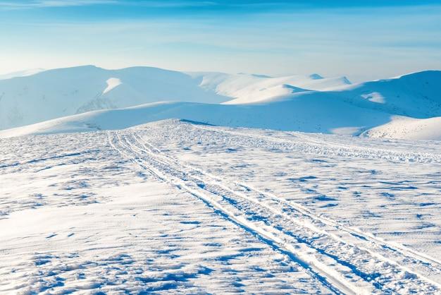 Bela paisagem de inverno com montanhas de neve e céu azul