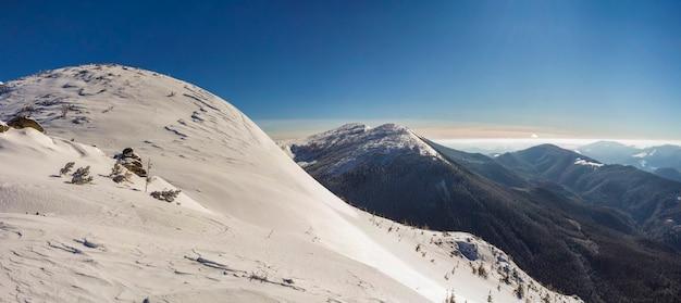 Bela paisagem de inverno. encosta íngreme de colina com neve branca profunda