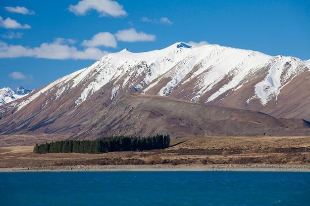 Bela paisagem de lago e montanhas
