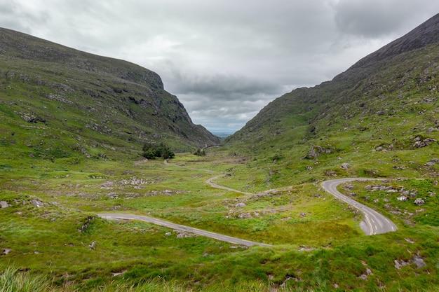 Bela paisagem de mauntains com uma estrada sinuosa no vale.