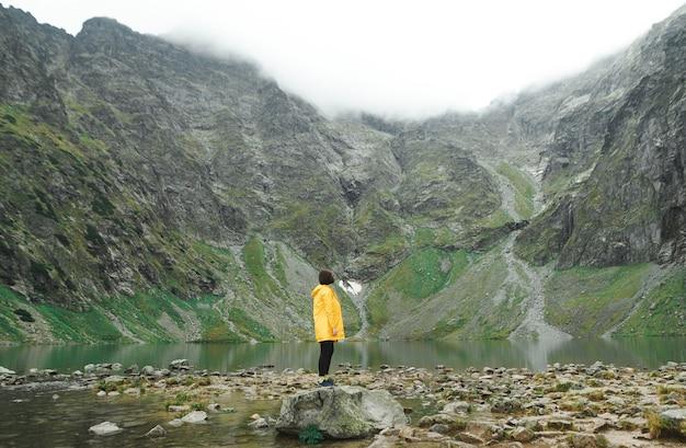 Bela paisagem de montanha e lago com homem