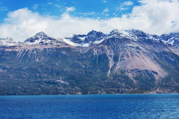 Bela paisagem de montanhas ao longo da estrada de cascalho carretera austral, no sul da patagônia, chile