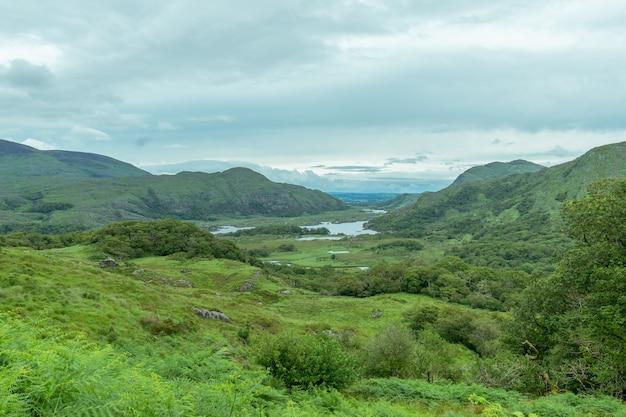Bela paisagem de montanhas com lagos à distância.