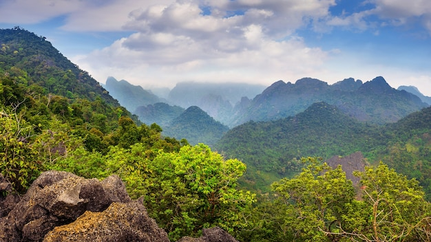 Bela paisagem de montanhas em vang vieng, laos.