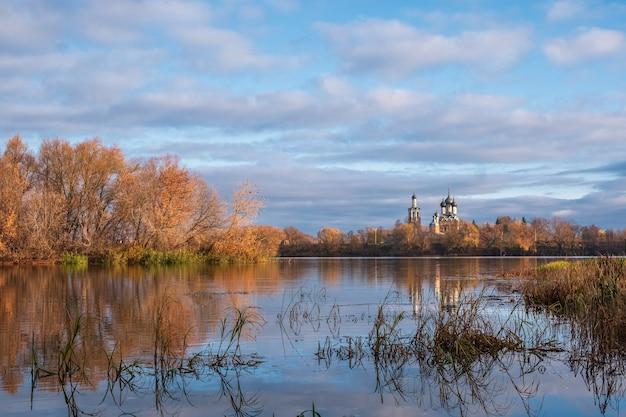Bela paisagem de outono em vista da igreja ortodoxa na margem do rio. a aldeia de dedinovo, região de moscou