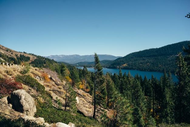 Bela paisagem de outono no lago tahoe