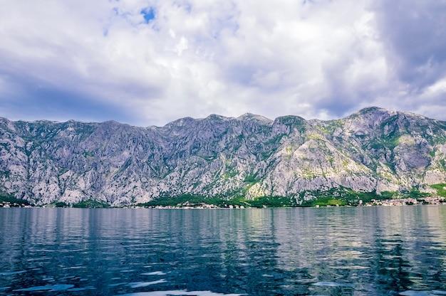 Bela paisagem de perast - cidade histórica na costa da baía boka kotor boka kotorska, montenegro, europa. a baía de kotor é um patrimônio mundial da unesco.