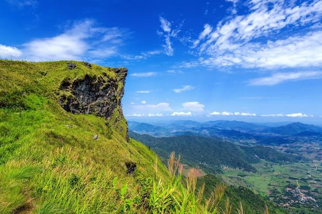 Bela paisagem de phu chi fa. parque nacional de phu chi fa na província de chiang rai, tailândia.