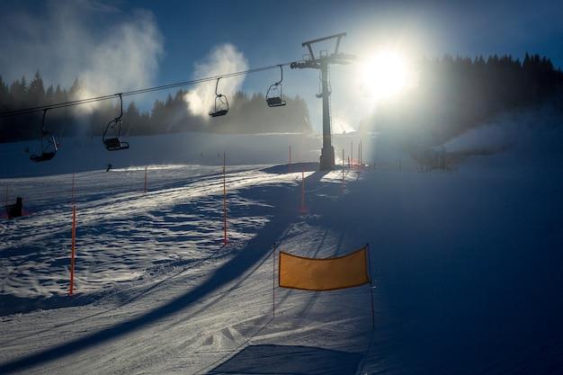 Bela paisagem de pista de esqui com teleférico em dia de sol