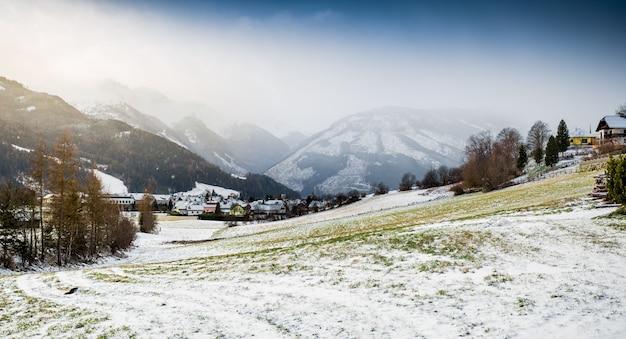 Bela paisagem de prados montanhosos cobertos de neve nos alpes austríacos