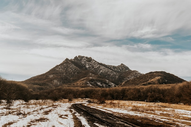 Bela paisagem de rochas nevadas. montanha de neve de perto.