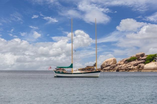 Bela paisagem de um barco navegando no mar e pedras nas costas na tailândia