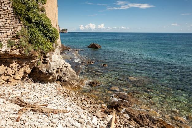 Bela paisagem de um penhasco alto na praia em um dia ensolarado