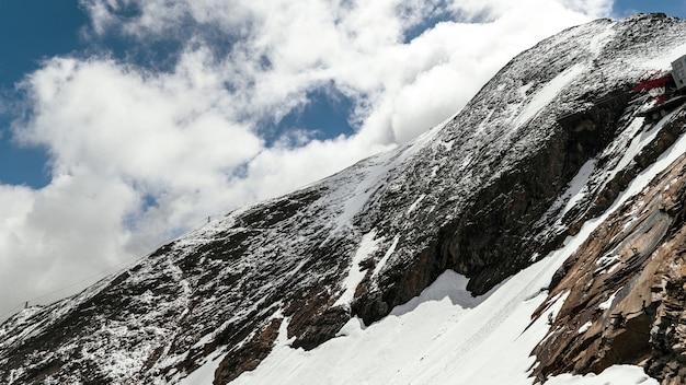 Bela paisagem de uma paisagem montanhosa coberta de neve sob um céu nublado