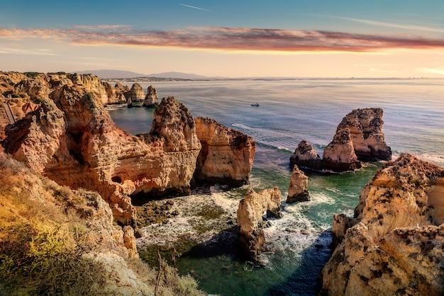 Bela paisagem de uma praia rochosa em um fundo de paisagem marinha de tirar o fôlego