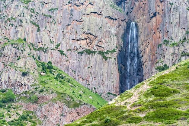 Bela paisagem de verão com montanhas e cachoeira abai su em kabardino-balkairia, rússia