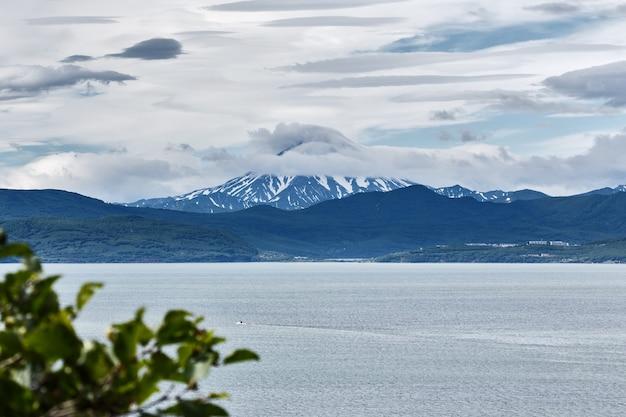 Bela paisagem de verão mar e vulcão