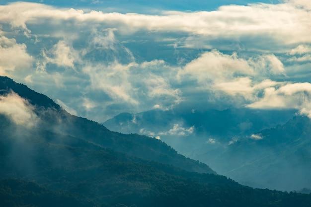 Bela paisagem de verão nas montanhas com o pôr do sol