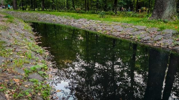 Bela paisagem do canal de água fluindo pelo parque auutmn