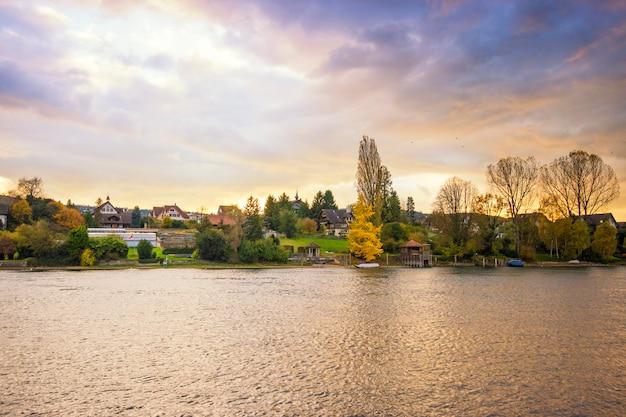 Bela paisagem do lago e montanha do sol na suíça
