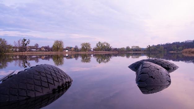 Bela paisagem do lago matinal
