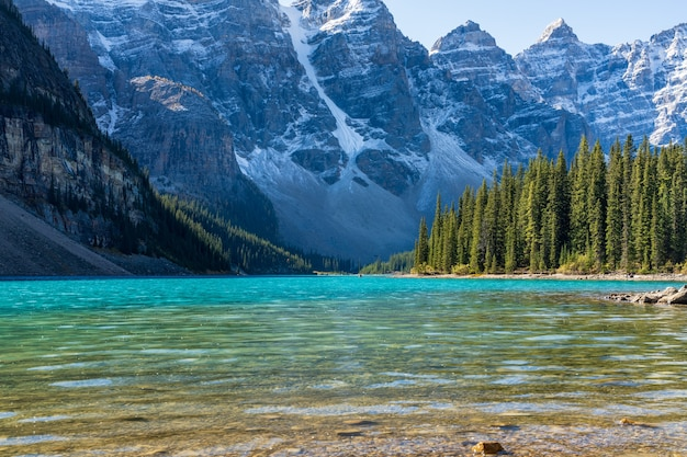 Bela paisagem do lago moraine na manhã de dia ensolarado de verão. parque nacional de banff, montanhas rochosas canadenses, alberta, canadá