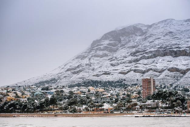 Bela paisagem do mar e da montanha nevada