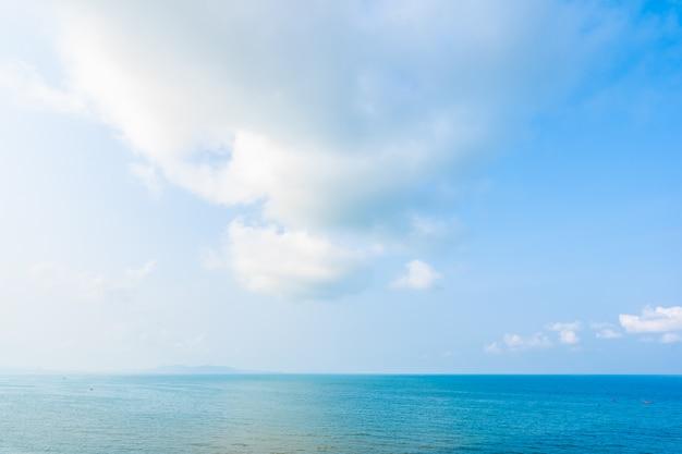 Bela paisagem do mar oceano com nuvem branca e azul céu