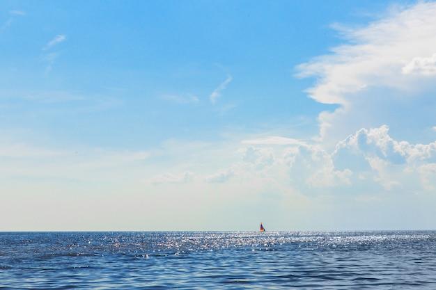 Bela paisagem do mar. skyline de água. navio no horizonte