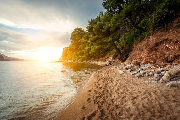 Bela paisagem do pôr do sol sobre a praia em montenegro