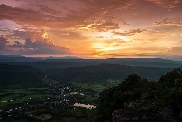 Bela paisagem do pôr do sol sobre o vale e a vila rural