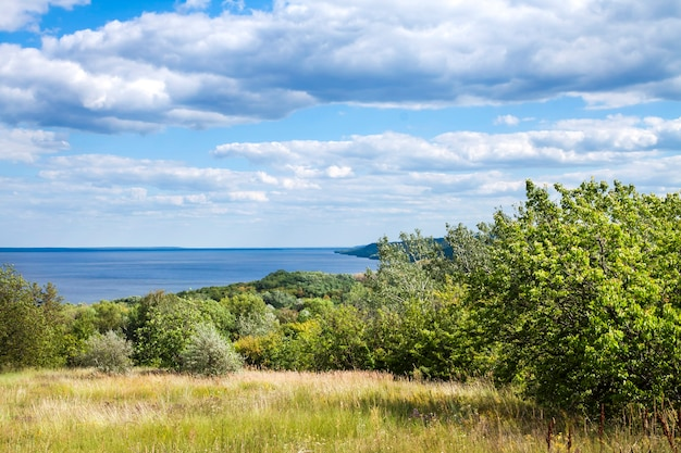 Bela paisagem do reservatório de kaniv, ucrânia, em um dia ensolarado com céu nublado