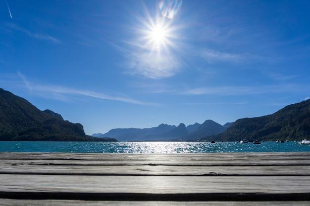 Bela paisagem do sol brilhando sobre o lago wolfgangsee em strobl, áustria