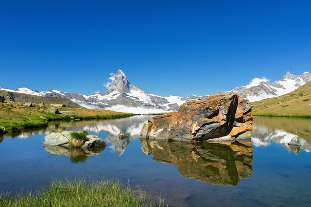 Bela paisagem dos alpes suíços com o lago stellisee e o reflexo da montanha matterhorn na água, vista das montanhas no verão, zermatt, suíça
