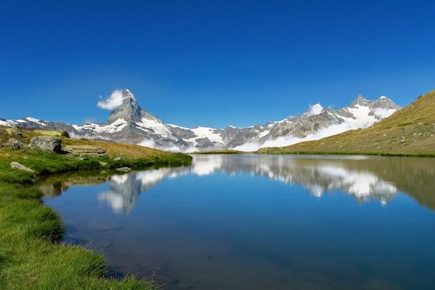 Bela paisagem dos alpes suíços com o lago stellisee e o reflexo da montanha matterhorn na água