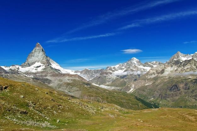 Bela paisagem dos alpes suíços com vista para a montanha no verão