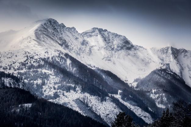 Bela paisagem dos altos alpes cobertos de neve pela manhã