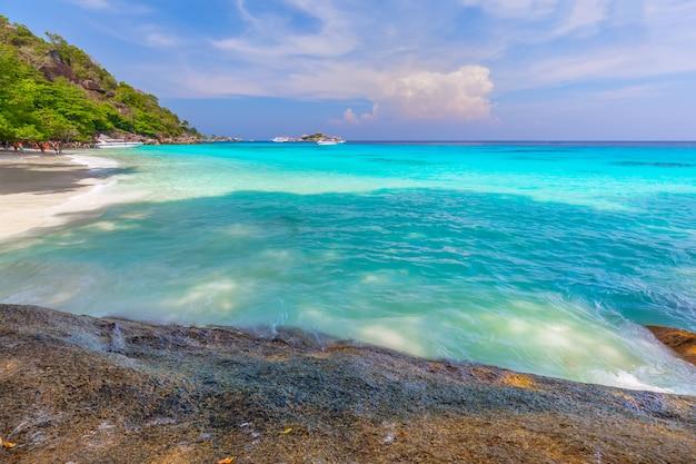 Bela paisagem e águas claras na ilha similan, mar de andaman, phuket, tailândia