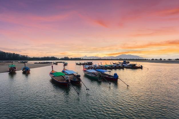 Bela paisagem e barco longtail na praia de bang ben na hora do nascer do sol