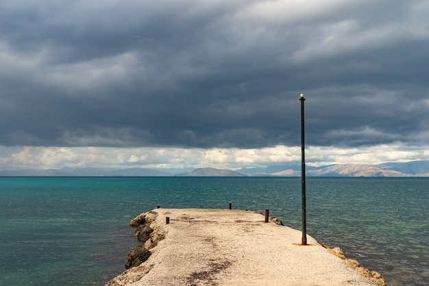 Bela paisagem e montanhas no azul marinho