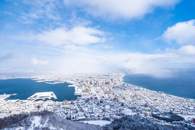 Bela paisagem e paisagem urbana da montanha hakodate para olhar ao redor do horizonte da cidade